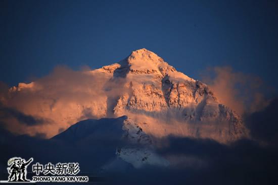 珠穆朗玛峰北坡的冰川正在迅速融化