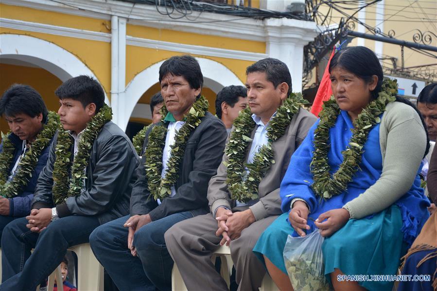 """COCHABAMBA, enero 11, 2017 (Xinhua) -- Personas participan durante un festejo en el marco del Día Nacional del Acullico, en Cochabamba, Bolivia, el 11 de enero de 2017. Bolivia conmemora el miércoles el Día Nacional del Acullico (masticación de la hoja de coca) con una serie de actividades, con el fin de mostrar al mundo las bondades de la planta y sus derivados. Según el ministro boliviano de Desarrollo Rural y Tierras, César Cocarico, el 11 de enero se conmemora el Día Nacional del Acullico, debido a que en esa fecha de 2013 Bolivia se adhirió a la """"Convención Única de las Naciones Unidas sobre Estupefacientes de 1961, emanada del Protocolo de 1972"""", con la reserva de permitir la masticación tradicional de la hoja de coca en todo el territorio nacional. El acullico es la masticación de la hoja de coca y es un modo de consumo particular ancestral y tradicional, como símbolo de diálogo, reciprocidad y equilibrio con la naturaleza, la masticación tradicional es conocida en los valles como """"boleo"""" y en el este como """"pijcheo"""". (Xinhua/Patricio Pinto/ABI)"""