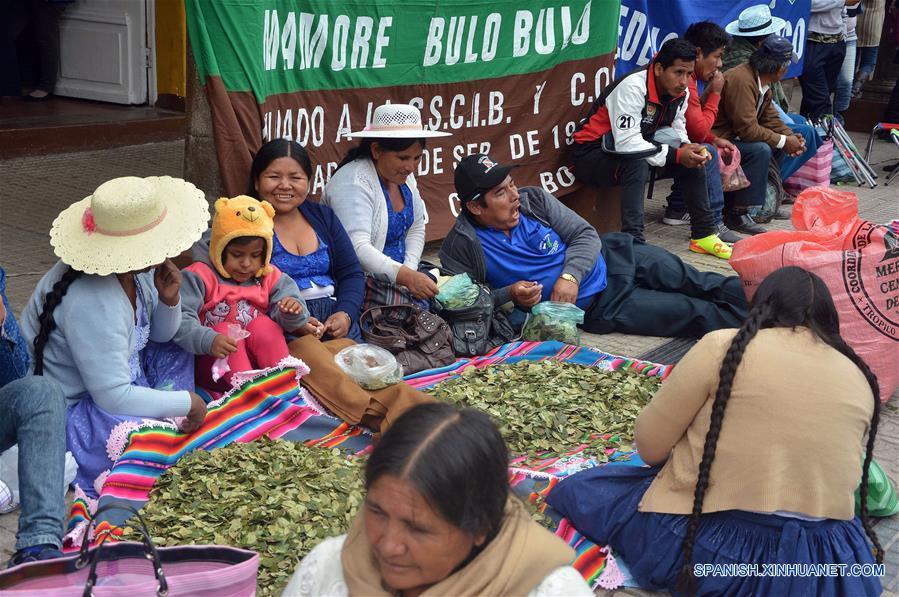 """Personas participan durante un festejo en el marco del Día Nacional del Acullico, en Cochabamba, Bolivia, el 11 de enero de 2017. Bolivia conmemora el miércoles el Día Nacional del Acullico (masticación de la hoja de coca) con una serie de actividades, con el fin de mostrar al mundo las bondades de la planta y sus derivados. Según el ministro boliviano de Desarrollo Rural y Tierras, César Cocarico, el 11 de enero se conmemora el Día Nacional del Acullico, debido a que en esa fecha de 2013 Bolivia se adhirió a la """"Convención Única de las Naciones Unidas sobre Estupefacientes de 1961, emanada del Protocolo de 1972"""", con la reserva de permitir la masticación tradicional de la hoja de coca en todo el territorio nacional. El acullico es la masticación de la hoja de coca y es un modo de consumo particular ancestral y tradicional, como símbolo de diálogo, reciprocidad y equilibrio con la naturaleza, la masticación tradicional es conocida en los valles como """"boleo"""" y en el este como """"pijcheo"""". (Xinhua/Patricio Pinto/ABI)"""