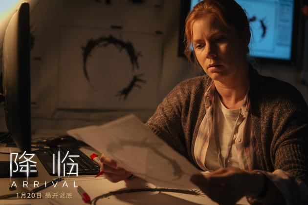 电影《降临》女主角艾米·亚当斯饰演的语言学家需要探寻真相