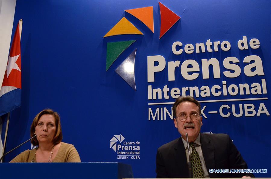 LA HABANA, enero 12, 2017 (Xinhua) -- Josefina Vidal Ferreiro (i), directora para Estados Unidos de América del Ministerio de Relaciones Exteriores de Cuba, y Gustavo Machín, subdirector de Estados Unidos de América de la cancillería cubana, participan durante una conferencia de prensa, en el Centro de Prensa Internacional, en La Habana, Cuba, el 12 de enero de 2017. Cuba y Estados Unidos de América discuten el jueves en La Habana sobre compensaciones económicas mutuas, por los bienes nacionalizados a estadounidenses tras el triunfo de la Revolución en 1959 y por los daños que el bloqueo económico provoca a la isla. (Xinhua/Joaquín Hernández)