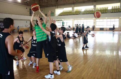 央视网体育助力篮球名宿 宋晓波女士推广篮球赛事及冬令营活动图片