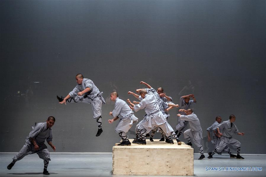 """SANTIAGO, enero 12, 2017 (Xinhua) -- Monjes Shaolin actúan en el montaje """"Sutra"""", espectáculo de danza y artes marciales creado por el reconocido coreógrafo belga, Sidi Larbi Chaerkaoui, durante el ensayo general realizado ante representantes de los medios de comunicación, en el escenario del Teatro Municipal de Santiago, en el marco del Festival Internacional de Teatro Santiago a Mil 2017, en Santiago, capital de Chile, el 12 de enero de 2017. """"Sutra"""" se presentará del 12 al 15 de enero de 2017. El Festival Internacional de Teatro Santiago a Mil, el mayor certamen de la región que contempla 75 puestas en escena de 24 países, dio inicio el martes 3 de enero de 2017. """"Sin fronteras"""" es el eslogan del evento cultural que, en su 24 edición, presentará hasta el próximo 22 de enero espectáculos de América, Europa, Asia, Oceanía y Africa, de acuerdo con información de la prensa local. (Xinhua/Jorge Villegas)"""