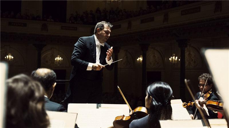 丹尼尔·盖蒂作为荷兰阿姆斯特丹皇家音乐厅管弦乐团128年历史上的第七任首席指挥,让乐团迸发巨大的活力