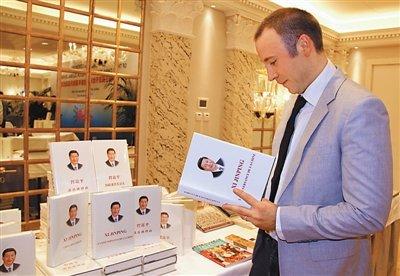 1月9日,国务院新闻办公室在日内瓦启动中国主题图书全球新年展销月。图为当地一名读者饶有兴趣地翻看法文版的《习近平谈治国理政》。   本报记者 任 彦摄