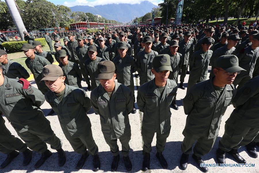 CARACAS, enero 14, 2017 (Xinhua) -- Efectivos militares participan en el Ejercicio de Acción Integral Antiimperialista Zamora 200, en el Patio de la Academia Militar del Fuerte Tiuna, en Caracas, capital de Venezuela, el 14 de enero de 2017. Este fin de semana se lleva a cabo el Ejercicio de Acción Integral Antiimperialista Zamora 200, en el que participarán más de 100,000 hombres y mujeres de los cuatro componentes de la Fuerza Armada Nacional Bolivariana (FANB) del país, informó el segundo comandante del Comando Estratégico Operacional (CEO), de la FANB, Remigio Ceballos, explicando que esta acción cívico-militar tiene su proceso de planificación desde el 28 de diciembre de 2016, por instrucciones del presidente venezolano, Nicolás Maduro, y su objetivo estratégico es preparar al pueblo en la defensa integral del país, de acuerdo con información de la prensa local. (Xinhua/Gregorio Terán/AVN)