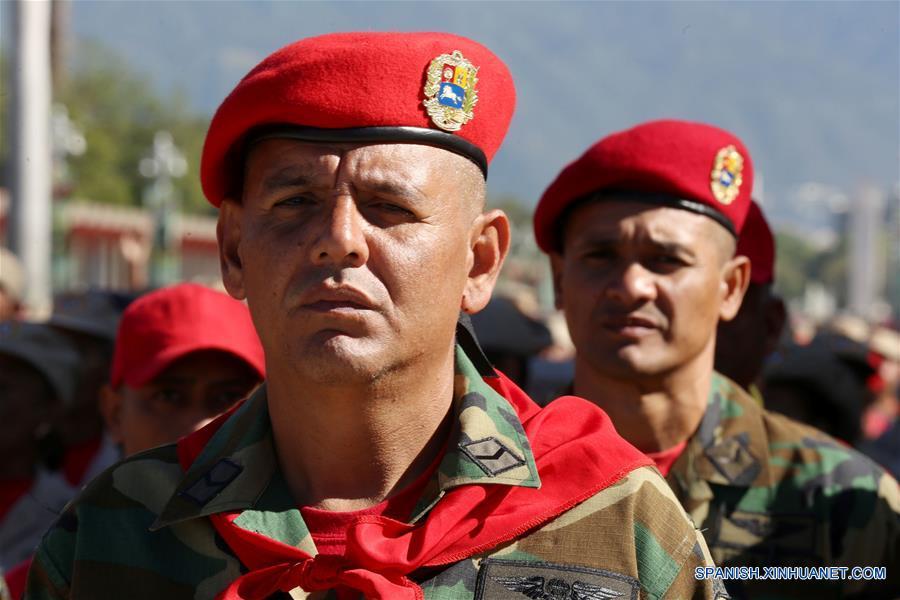 Efectivos militares participan en el Ejercicio de Acción Integral Antiimperialista Zamora 200, en el Patio de la Academia Militar del Fuerte Tiuna, en Caracas, capital de Venezuela, el 14 de enero de 2017. Este fin de semana se llevará a cabo el Ejercicio de Acción Integral Antiimperialista Zamora 200, en el que participarán más de 100,000 hombres y mujeres de los cuatro componentes de la Fuerza Armada Nacional Bolivariana (FANB) del país, informó el segundo comandante del Comando Estratégico Operacional (CEO), de la FANB, Remigio Ceballos, explicando que esta acción cívico-militar tiene su proceso de planificación desde el 28 de diciembre de 2016, por instrucciones del presidente venezolano, Nicolás Maduro, y su objetivo estratégico es preparar al pueblo en la defensa integral del país, de acuerdo con información de la prensa local. (Xinhua/Gregorio Terán/AVN)