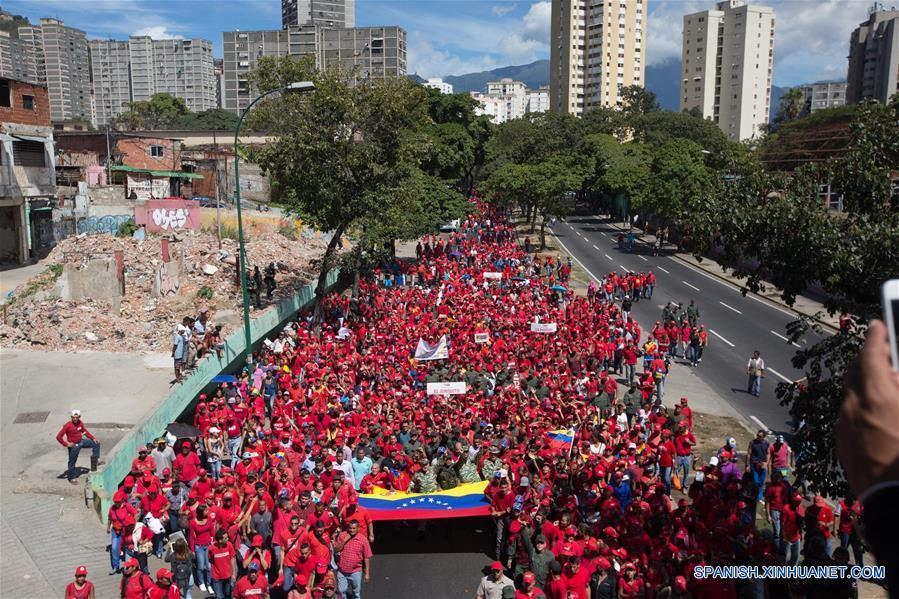 Simpatizantes del presidente venezolano, Nicolas Maduro, participan en el Ejercicio de Acción Integral Antiimperialista Zamora 200, en Caracas, capital de Venezuela, el 14 de enero de 2017. Este fin de semana se lleva a cabo el Ejercicio de Acción Integral Antiimperialista Zamora 200, en el que participarán más de 100,000 hombres y mujeres de los cuatro componentes de la Fuerza Armada Nacional Bolivariana (FANB) del país, informó el segundo comandante del Comando Estratégico Operacional (CEO), de la FANB, Remigio Ceballos, explicando que esta acción cívico-militar tiene su proceso de planificación desde el 28 de diciembre de 2016, por instrucciones del presidente venezolano, Nicolás Maduro, y su objetivo estratégico es preparar al pueblo en la defensa integral del país, de acuerdo con información de la prensa local. (Xinhua/Str)