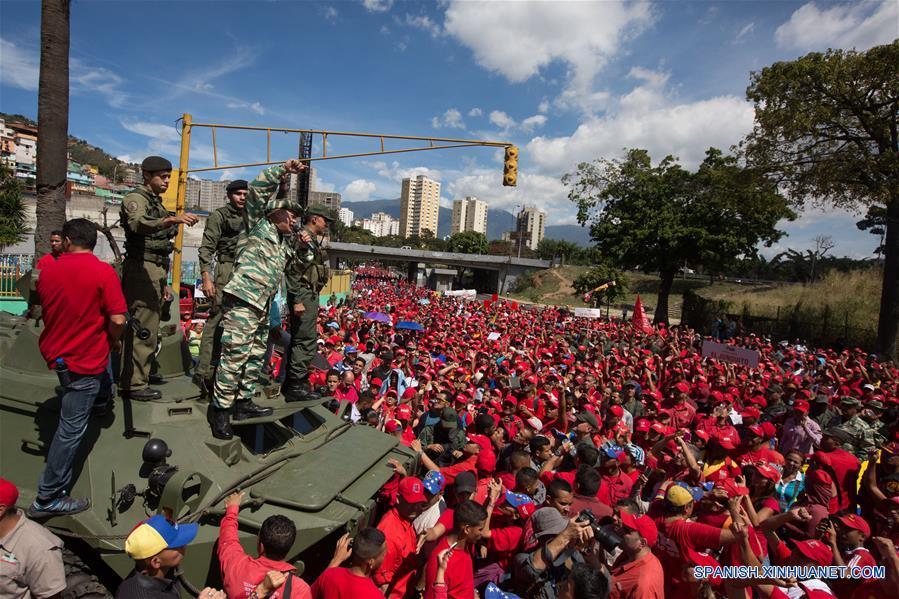 El primer vicepresidente del Partido Socialista Unido de Venezuela, Diosdado Cabello (4-i), pronuncia un discurso durante su participación en el Ejercicio de Acción Integral Antiimperialista Zamora 200, en Caracas, capital de Venezuela, el 14 de enero de 2017. Este fin de semana se lleva a cabo el Ejercicio de Acción Integral Antiimperialista Zamora 200, en el que participarán más de 100,000 hombres y mujeres de los cuatro componentes de la Fuerza Armada Nacional Bolivariana (FANB) del país, informó el segundo comandante del Comando Estratégico Operacional (CEO), de la FANB, Remigio Ceballos, explicando que esta acción cívico-militar tiene su proceso de planificación desde el 28 de diciembre de 2016, por instrucciones del presidente venezolano, Nicolás Maduro, y su objetivo estratégico es preparar al pueblo en la defensa integral del país, de acuerdo con información de la prensa local. (Xinhua/Str)