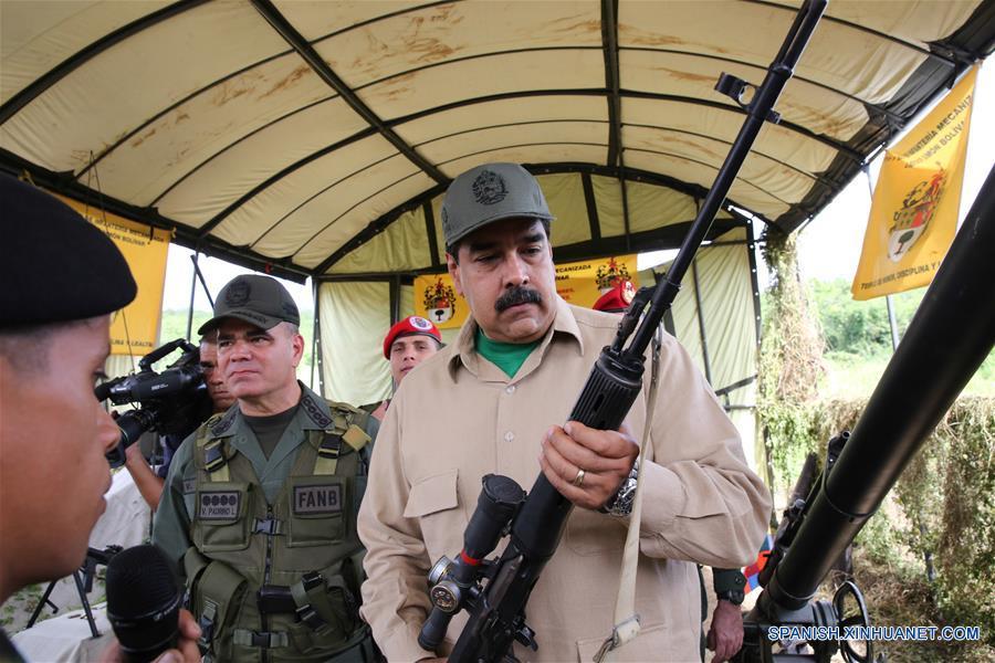 Imagen cedida por la Presidencia de Venezuela del presidente venezolano, Nicolás Maduro (d), asistiendo al Ejercicio de Acción Integral Antiimperialista Zamora 200, en las instalaciones del Fuerte Guaicaipuro, en el estado Miranda, Venezuela, el 14 de enero de 2017. Este fin de semana se lleva a cabo el Ejercicio de Acción Integral Antiimperialista Zamora 200, en el que participarán más de 100,000 hombres y mujeres de los cuatro componentes de la Fuerza Armada Nacional Bolivariana (FANB) del país, informó el segundo comandante del Comando Estratégico Operacional (CEO), de la FANB, Remigio Ceballos, explicando que esta acción cívico-militar tiene su proceso de planificación desde el 28 de diciembre de 2016, por instrucciones del presidente venezolano, Nicolás Maduro, y su objetivo estratégico es preparar al pueblo en la defensa integral del país, de acuerdo con información de la prensa local. (Xinhua/Presidencia de Venezuela)