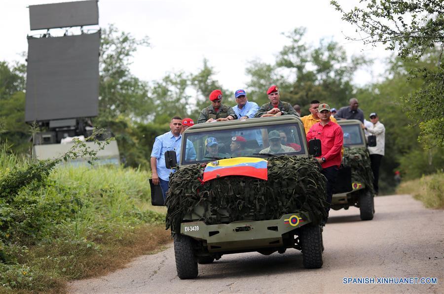 Imagen cedida por la Presidencia de Venezuela, del presidente venezolano, Nicolás Maduro (d-frente), asistiendo al Ejercicio de Acción Integral Antiimperialista Zamora 200, en las instalaciones del Fuerte Guaicaipuro, en el estado Miranda, Venezuela, el 14 de enero de 2017. Este fin de semana se lleva a cabo el Ejercicio de Acción Integral Antiimperialista Zamora 200, en el que participarán más de 100,000 hombres y mujeres de los cuatro componentes de la Fuerza Armada Nacional Bolivariana (FANB) del país, informó el segundo comandante del Comando Estratégico Operacional (CEO), de la FANB, Remigio Ceballos, explicando que esta acción cívico-militar tiene su proceso de planificación desde el 28 de diciembre de 2016, por instrucciones del presidente venezolano, Nicolás Maduro, y su objetivo estratégico es preparar al pueblo en la defensa integral del país, de acuerdo con información de la prensa local. (Xinhua/Presidencia de Venezuela)