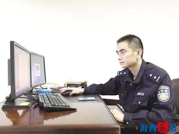 王华祥在办案看监控。