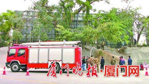 拆除现场调来消防车保障安全。