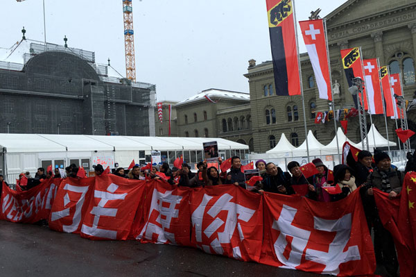 Chinese students, teachers and business owners welcome Chinese president Xi Jinping in front of the Swiss parliament building in Bern, capital of Switzerland on January 15, 2017. [Photo: CRIENGLISH]