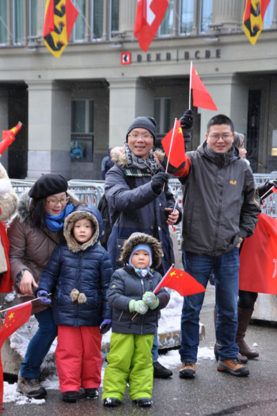 Overseas Chinese people welcome president Xi Jinping in front of the Swiss parliament building in Bern, capital of Switzerland on January 15, 2017. [Photo: CRIENGLISH]