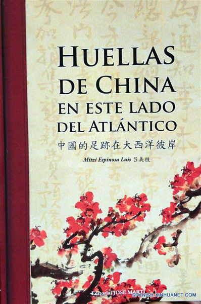 """LA HABANA, enero 15, 2017 (Xinhua) -- El libro """"Huellas de China en este lado del Atlántico"""" se exhibe durante su presentación en La Habana, Cuba, el 15 de enero de 2017. Un revelador relato sobre el quehacer de la migración china a las Américas constituye el libro """"Huellas de China en este lado del Atlántico"""" de un colectivo de autores, el cual fue presentado el domingo en la capital cubana como parte de las actividades por el Año Nuevo Chino. (Xinhua/Joaquín Hernández)"""