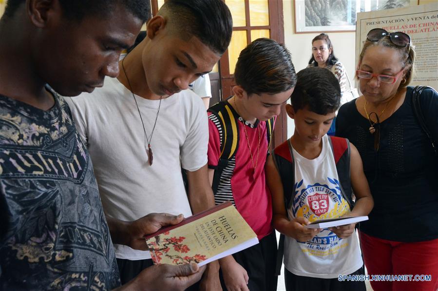 """LA HABANA, enero 15, 2017 (Xinhua) -- Personas asisten a la presentación del libro """"Huellas de China en este lado del Atlántico"""" en La Habana, Cuba, el 15 de enero de 2017. Un revelador relato sobre el quehacer de la migración china a las Américas constituye el libro """"Huellas de China en este lado del Atlántico"""" de un colectivo de autores, el cual fue presentado el domingo en la capital cubana como parte de las actividades por el Año Nuevo Chino. (Xinhua/Joaquín Hernández)"""