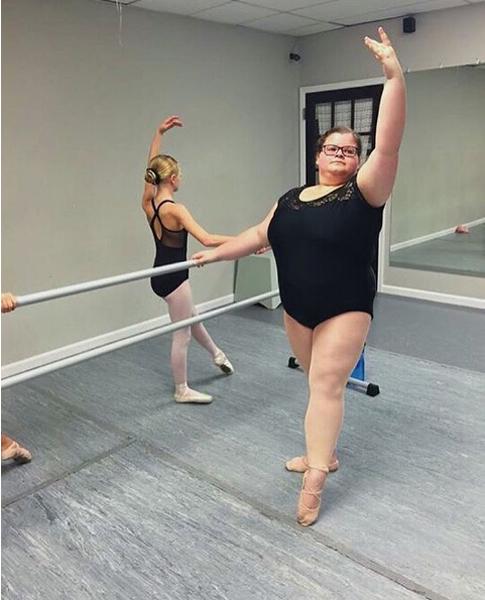 Comparada con su compañera, se duplica el peso, pero le iguala H en los actos y la detrez del baile
