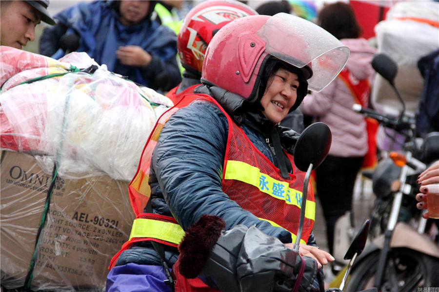 La abuela Zhang regresa a casa en motocicleta.