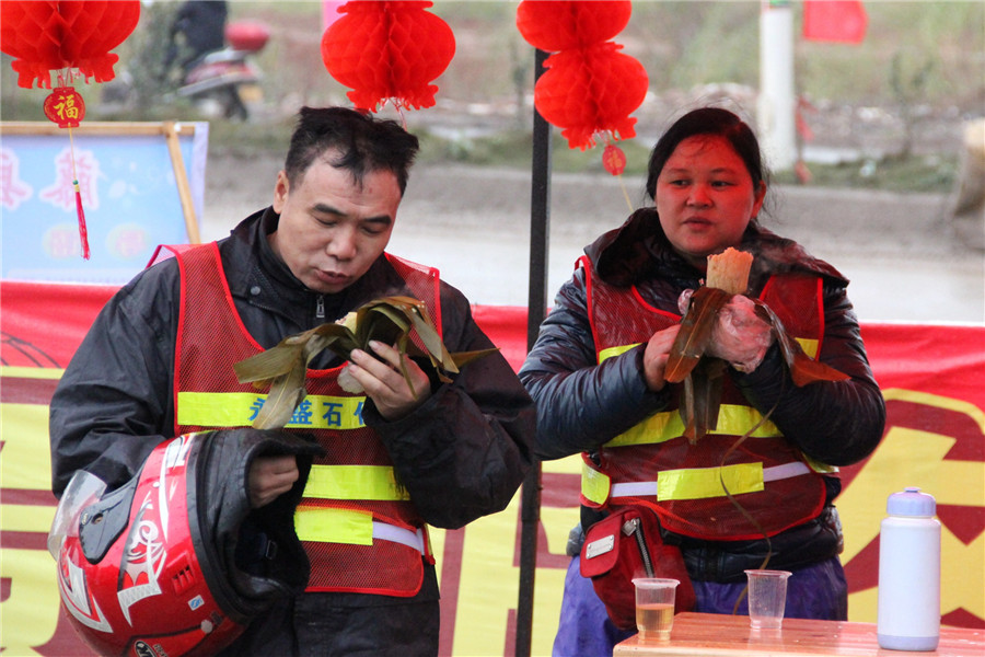 En la estación de servicios por la temporada alta del distrito de Tengxian, la abuela y su marido comen Zongzi, que ofrece la estación