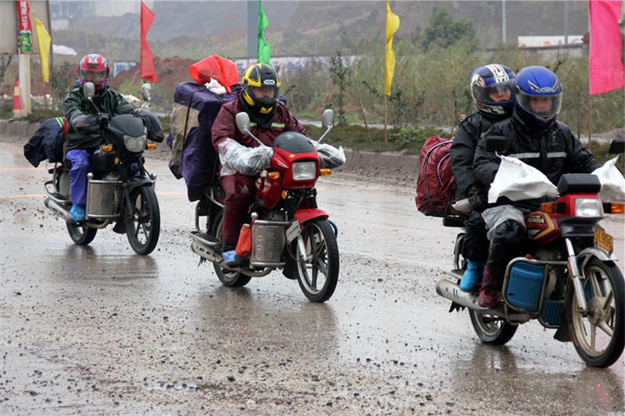En el tramo del distrito de Tengxian de la ciudad china de Wuzhou, los trabajadores migratorios acuden a su tierra natal desafiando el viento y la lluvia para reunirse con los familiares