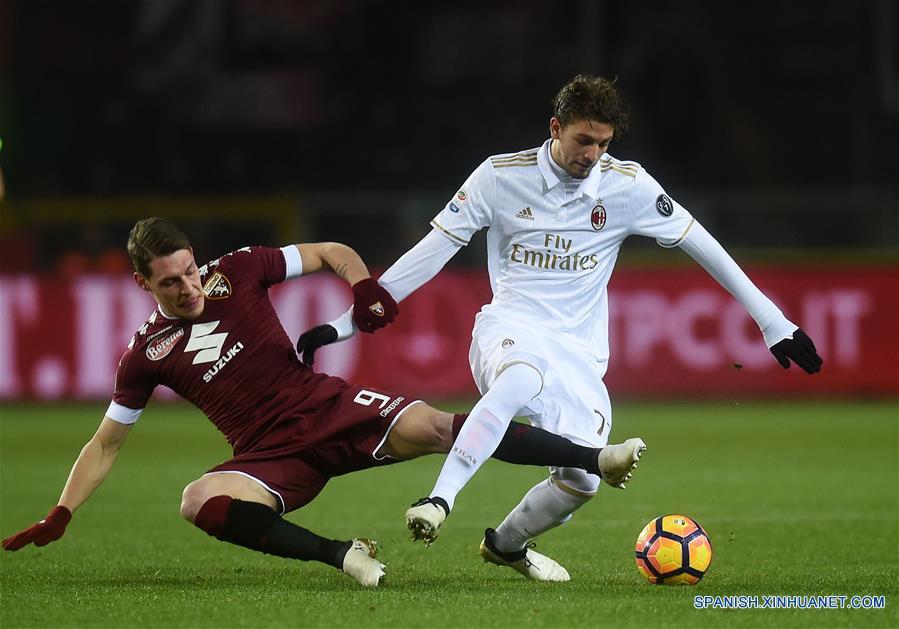 TURIN, 17 ene (Xinhua) --  Andrea Belotti (i) de Torino compitió con Manuel Locatelli de AC Milan durante un partido de fútbol entre Torino y AC Milan, en Turin, Italia, el 16 de enero. El partido terminó con un 2-2. (Xinhua/Alberto Lingria)