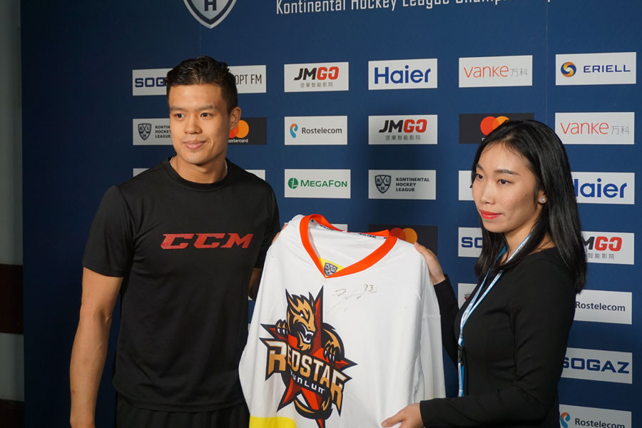 Chinese-Canadian ice hockey player Zach Yuen (left) is being interviewed. The Chinese team was set up in Beijing in 2016. It is China