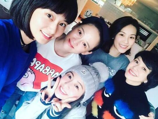"""据台湾媒体报道,前少女团体""""七朵花""""在2004年出道,当时由小侨、乔恩、小洁、薇如、馒头、仔仔、宇婕组成,之后成员陆续退出仅剩下乔恩、小乔、小洁、薇如4名成员。赖薇如日前晒出""""5朵花""""重聚的照片,连久未在台湾露面的陈乔恩也出现在里面,让粉丝直呼""""好令人怀念啊""""。   赖薇如17日晚间秀出一张""""5朵花""""的合照,并感慨地称""""朋友还是老的好!5朵花集合!每次一见面就有聊不完的话题,总是聊到忘了时间&"""