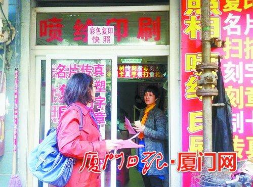 社区工作人员走访商家。