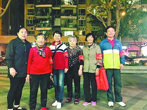 """郑道节(右1)和张继淑(右2)是志愿服务队的""""领头羊""""。"""