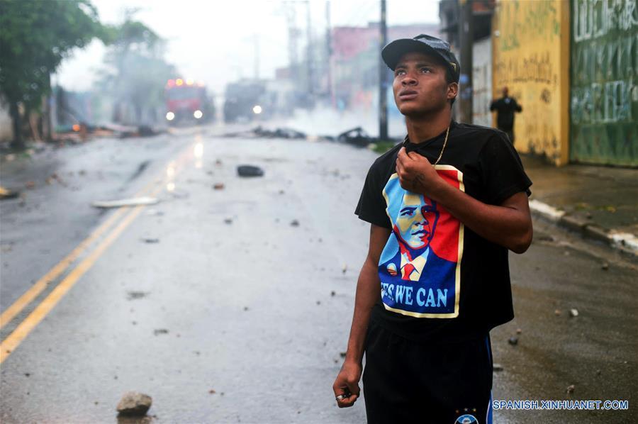 SAO PAULO, enero 17, 2017 (Xinhua) -- Un hombre observa durante un enfrentamiento entre policías y residentes por el desalojo de un predio particular, en el barrio São Mateus, en el este de Sao Paulo, Brasil, el 17 de enero de 2017. El líder del Movimiento de los Trabajadores Sin Techo (MTST) de Brasil, Guilherme Boulos, fue detenido el martes en Sao Paulo por desacato a la autoridad cuando apoyaba a unas 6,000 personas desalojadas por la policía de un terreno particular en el oriente de Sao Paulo, informaron sus abogados. Los desalojados montaron barricadas para impedir el acceso de la policía, que respondió con el uso de gases lacrimógenos para dispersar a los manifestantes. (Xinhua/Paulo Ermantino/RAW IMAGE/ESTADÃO CONTEÚDO/AGENCIA ESTADO)
