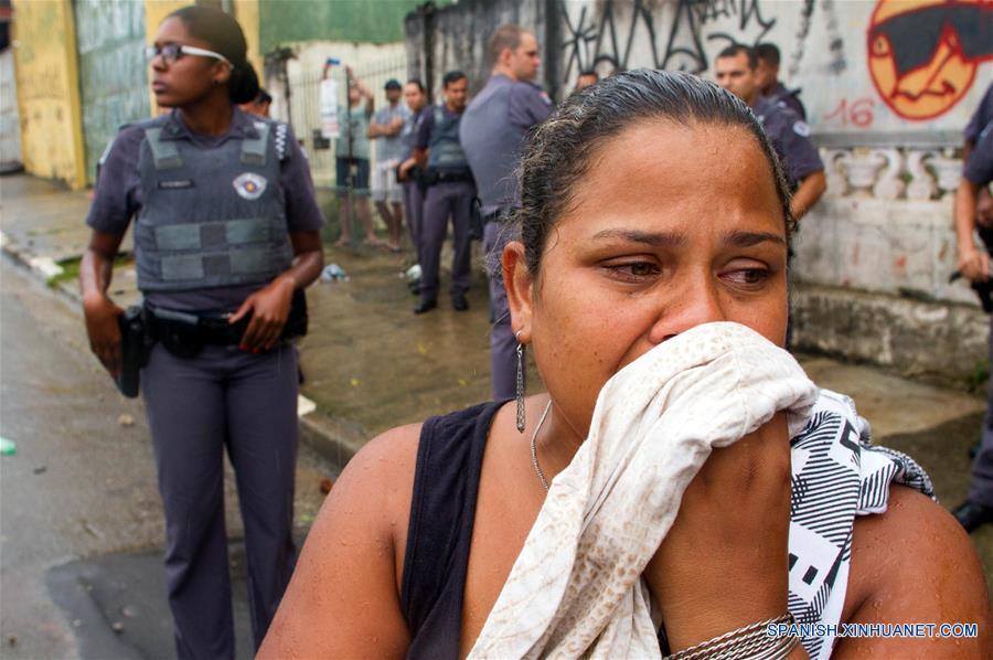 Una mujer reacciona tras un enfrentamiento entre policías y residentes por el desalojo de un predio particular en el barrio São Mateus, en el este de Sao Paulo, Brasil, el 17 de enero de 2017. El líder del Movimiento de los Trabajadores Sin Techo (MTST) de Brasil, Guilherme Boulos, fue detenido el martes en Sao Paulo por desacato a la autoridad cuando apoyaba a unas 6,000 personas desalojadas por la policía de un terreno particular en el oriente de Sao Paulo, informaron sus abogados. Los desalojados montaron barricadas para impedir el acceso de la policía, que respondió con el uso de gases lacrimógenos para dispersar a los manifestantes. (Xinhua/Paulo Ermantino/RAW IMAGE/ESTADÃO CONTEÚDO/AGENCIA ESTADO)