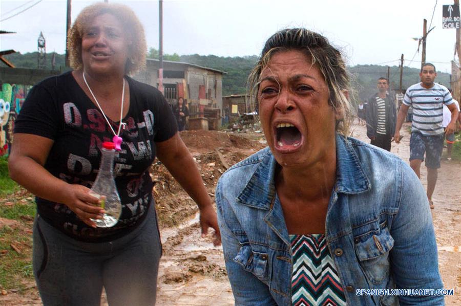 Una mujer reacciona durante un enfrentamiento entre policías y residentes por el desalojo de un predio particular en el barrio São Mateus, en el este de Sao Paulo, Brasil, el 17 de enero de 2017. El líder del Movimiento de los Trabajadores Sin Techo (MTST) de Brasil, Guilherme Boulos, fue detenido el martes en Sao Paulo por desacato a la autoridad cuando apoyaba a unas 6,000 personas desalojadas por la policía de un terreno particular en el oriente de Sao Paulo, informaron sus abogados. Los desalojados montaron barricadas para impedir el acceso de la policía, que respondió con el uso de gases lacrimógenos para dispersar a los manifestantes. (Xinhua/Paulo Ermantino/RAW IMAGE/ESTADÃO CONTEÚDO/AGENCIA ESTADO)