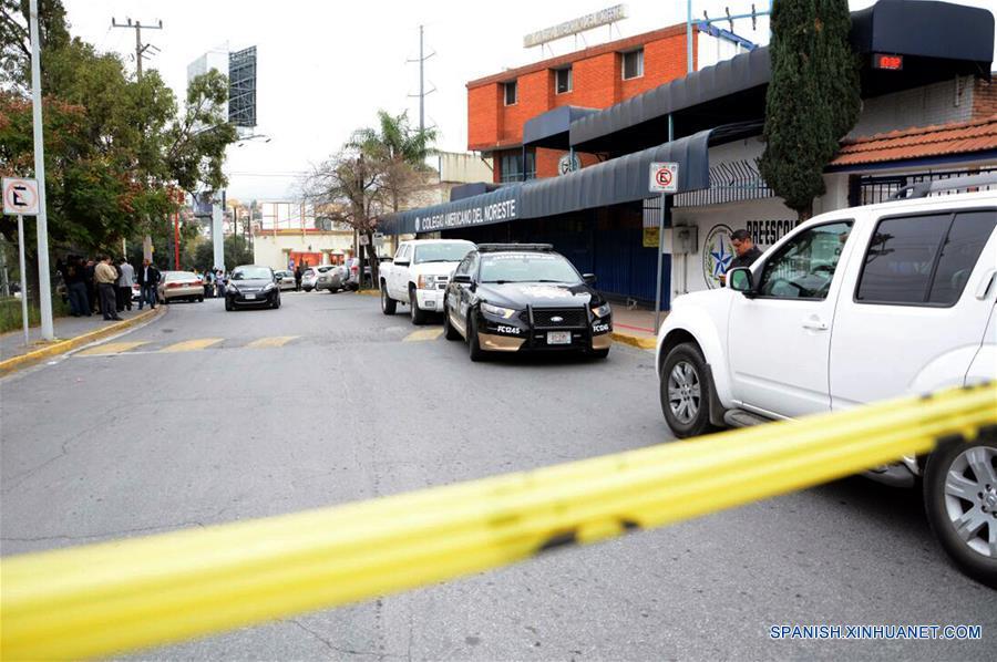 MONTERREY, enero 18, 2017 (Xinhua) -- Personas se reúnen frente al Colegio Americano del Noreste donde se registró un tiroteo en Monterrey, Nuevo León, México, el 18 de enero de 2017. Un niño de 12 años protagonizó el miércoles un tiroteo al interior de una escuela privada en la ciudad de Monterrey, capital del estado mexicano de Nuevo León, con saldo de tres compañeros heridos de gravedad y una profesora, informaron las autoridades estatales. El secretario de gobierno de Nuevo León, Manuel Florentino González, señaló que los primeros reportes apuntan a que el menor entró al Colegio Americano del Noreste con una pistola calibre 22 y abrió fuego en su salón de clases de nivel secundaria.González indicó que el estudiante, identificado como Federico, aparentemente se encuentra bajo tratamiento psicológico. El menor también resultó herido tras el tiroteo contra sus compañeros y profesora, aunque aún se desconoce si él mismo se provocó un tiro de manera accidental o se trató de un intento de suicidio, agregó el funcionario (Xinhua/Str)