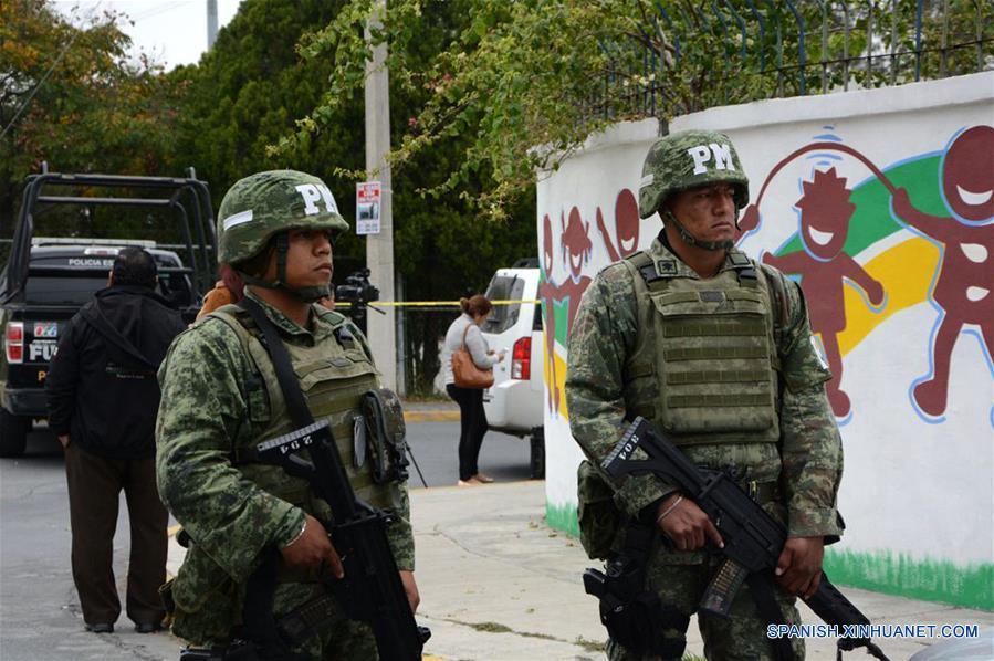 MONTERREY, enero 18, 2017 (Xinhua) -- Elementos de seguridad vigilan frente al Colegio Americano del Noreste donde se registró un tiroteo en Monterrey, Nuevo León, México, el 18 de enero de 2017. Un niño de 12 años protagonizó el miércoles un tiroteo al interior de una escuela privada en la ciudad de Monterrey, capital del estado mexicano de Nuevo León, con saldo de tres compañeros heridos de gravedad y una profesora, informaron las autoridades estatales. El secretario de gobierno de Nuevo León, Manuel Florentino González, señaló que los primeros reportes apuntan a que el menor entró al Colegio Americano del Noreste con una pistola calibre 22 y abrió fuego en su salón de clases de nivel secundaria. González indicó que el estudiante, identificado como Federico, aparentemente se encuentra bajo tratamiento psicológico. El menor también resultó herido tras el tiroteo contra sus compañeros y profesora, aunque aún se desconoce si él mismo se provocó un tiro de manera accidental o se trató de un intento de suicidio, agregó el funcionario. (Xinhua/Str)