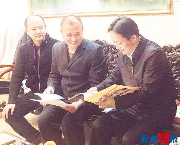 湖里区委书记林建(右一)到游文晃(右二)家中慰问探望。