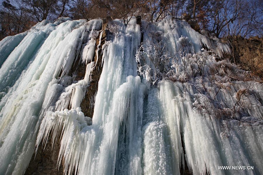 Замерзшие водопады в провинции Ляонин