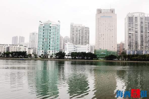 筼筜湖边的大楼外立面整治一新。