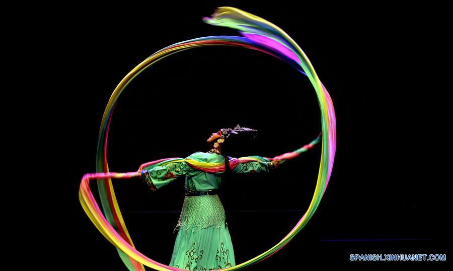 AMAN, enero 19, 2017 (Xinhua) -- Un artista de una compañía tradicional de Jiande, en la provincia de Zhejiang, en el este de China, interprenta ópera Wuju para celebrar el próximo Año Nuevo Lunar chino, en el Centro Cultural Al-Hussein, en Amán, capital de Jordania, el 19 de enero de 2017. (Xinhua/Mohammad Abu Ghosh)