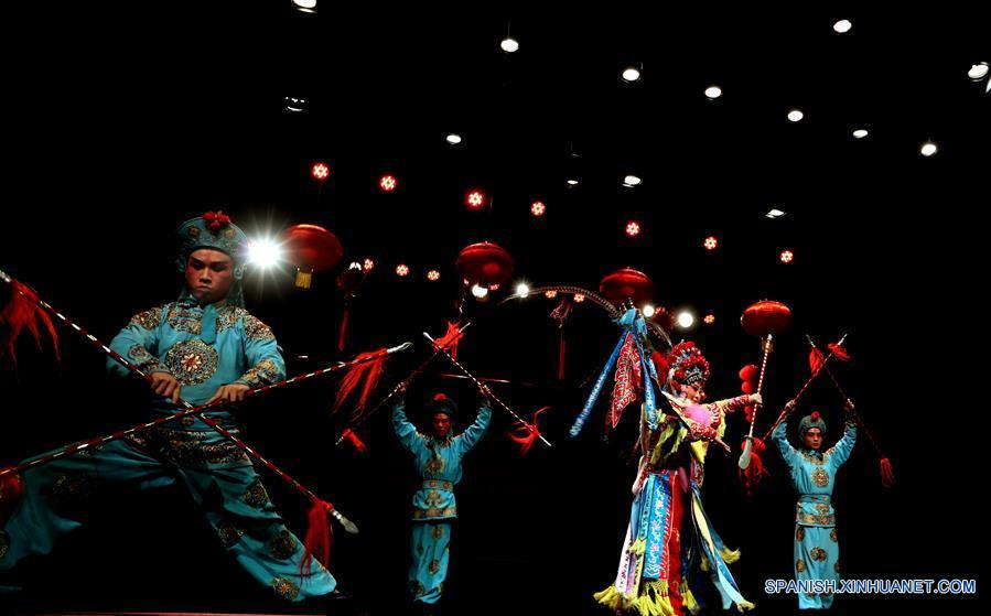 AMAN, enero 19, 2017 (Xinhua) -- Artistas de una compañía tradicional de Jiande, en la provincia de Zhejiang, en el este de China, interprentan ópera Wuju para celebrar el próximo Año Nuevo Lunar chino, en el Centro Cultural Al-Hussein, en Amán, capital de Jordania, el 19 de enero de 2017. (Xinhua/Mohammad Abu Ghosh)