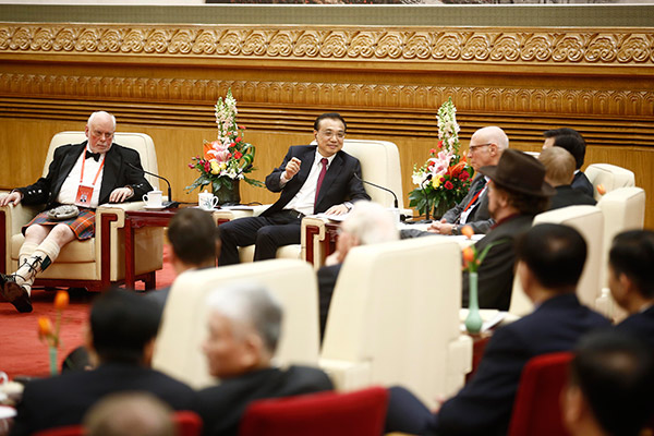 With the Chinese Spring Festival just around the corner, Premier Li Keqiang holds a symposium with foreign experts who are working in China on Jan 20. [Photo/China News Service]