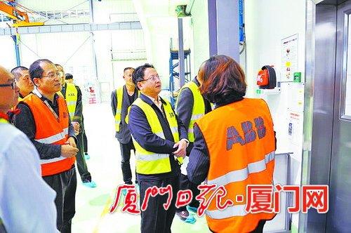 徐国庆(右三)深入企业进行安全生产检查。