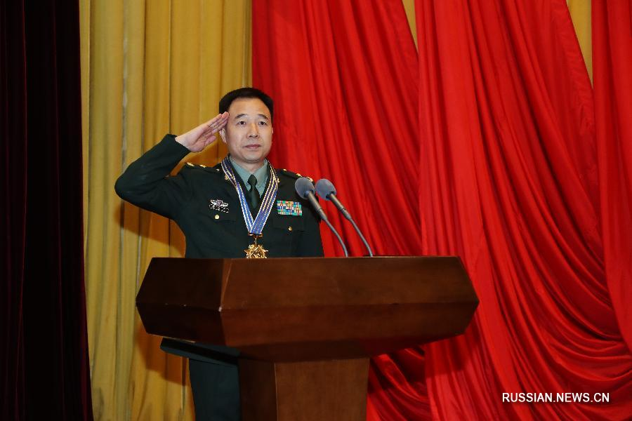 Космонавтов Цзин Хайпэна и Чэнь Дуна наградили медалями 《За заслуги в области космонавтики》