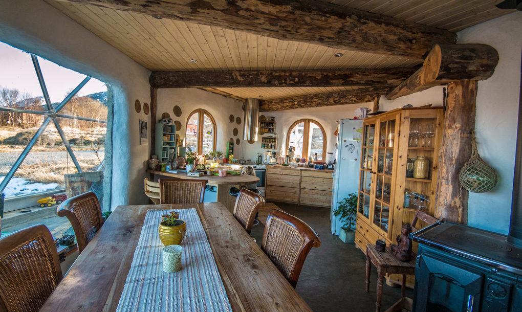 La maison comprend cinq chambres à coucher et deux salles de bain réparties sur trois étages.