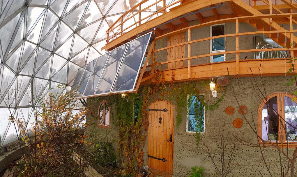 Elle comprend aussi un jardin intérieur où les Hjertefølger font pousser des fruits et des légumes comme des abricots, des raisins, des kiwis, des prunes, des tomates et des concombres.