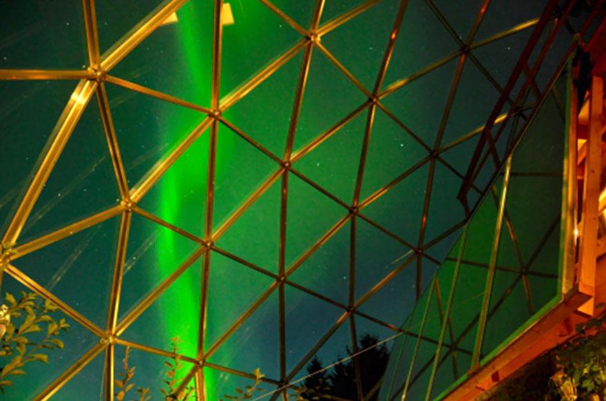 Le dôme offre une vue panoramique sur la nature sauvage avoisinante,  et il offre aussi une vue imprenable sur les aurores boréales.