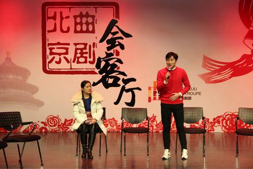 青年演员胡优和宋洁为现场观众表演唱段