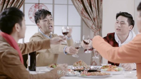 """Видеоклип под названием """"Празднование Нового года - это тяжелая физическая работа"""" взорвал китайские социальные сети, найдя горячий отклик в сердцах китайской молодежи."""