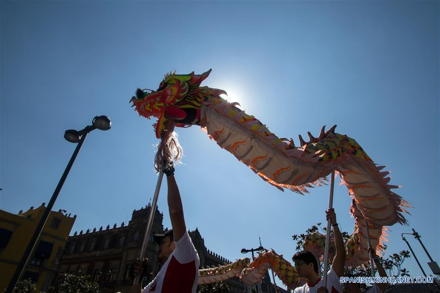 CIUDAD DE MEXICO, enero 21, 2017 (Xinhua) -- Personas participan en una danza del dragón durante el Desfile de Danzas Chinas y Mexicanas llevado a cabo en el marco de la celebración para recibir el Año Nuevo Lunar chino, en el centro de la Ciudad de México, capital de México, el 21 de enero de 2017. México se une a los festejos del Año Nuevo Chino con múltiples actividades culturales, entre ellas, danzas tradicionales, exposiciones, talleres y coloridos desfiles representativos de esta cultura milenaria. (Xinhua/Francisco Cañedo)