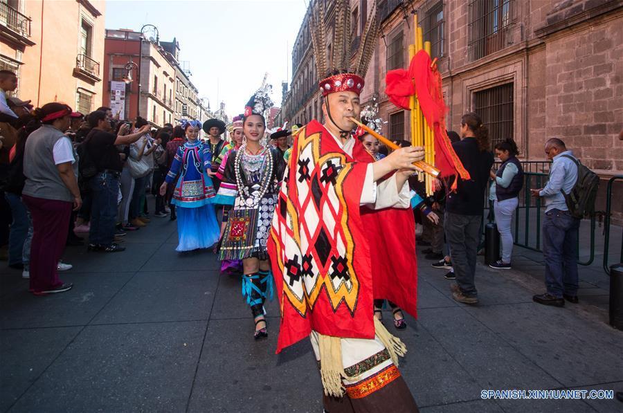 Personas portando trajes tradicionales participan durante el Desfile de Danzas Chinas y Mexicanas llevado a cabo en el marco de la celebración para recibir el Año Nuevo Lunar chino, en el centro de la Ciudad de México, capital de México, el 21 de enero de 2017. México se une a los festejos del Año Nuevo Chino con múltiples actividades culturales, entre ellas, danzas tradicionales, exposiciones, talleres y coloridos desfiles representativos de esta cultura milenaria. (Xinhua/Francisco Cañedo)